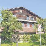 Das Haus an der Lauigasse in Steinen stammt aus der Gründungszeit der Eidgenossenschaft und darf vorderhand nicht abgerissen werden. Bild: Jürg Auf der Maur