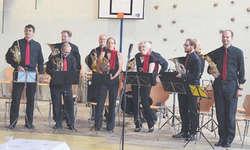 Die Schwyzer Horngruppe will das Zusammenspiel von Hornisten aus dem Kanton Schwyz fördern. Am letzten Samstag machten sie mit ihren zwei Auftritten am Bennauer Summerfäscht beste Werbung für das Blasinstrument. Bild Patrizia Pfister