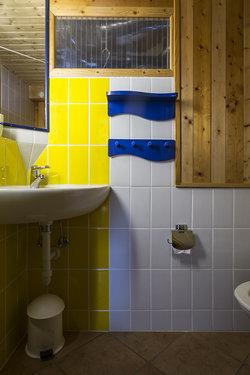 Kleines Bad im Untergeschoss mit Lavabo und WC