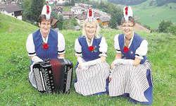 Sie feiern das 20-Jahr-Jubiläum: (von links) Helen Bürgler (Handorgel) mit den Jodlerinnen Jolanda Betschart und Gaby Mettler. Bild Markus Mettler