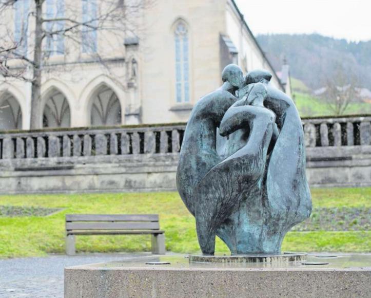 Unterhalb der Pfarrkirche zur Heiligen Familie setzt Pedro Pedrazzinis Bronzeplastik seit 2001 einen künstlerischen Akzent im Dorfzentrum von Unterägeri. (Bild Maria Schmid)