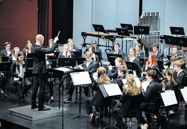 Die Kadettenmusik der Stadt Zug zeigt im Theater Casino ihr Können. (Bild Stefan Kaiser)
