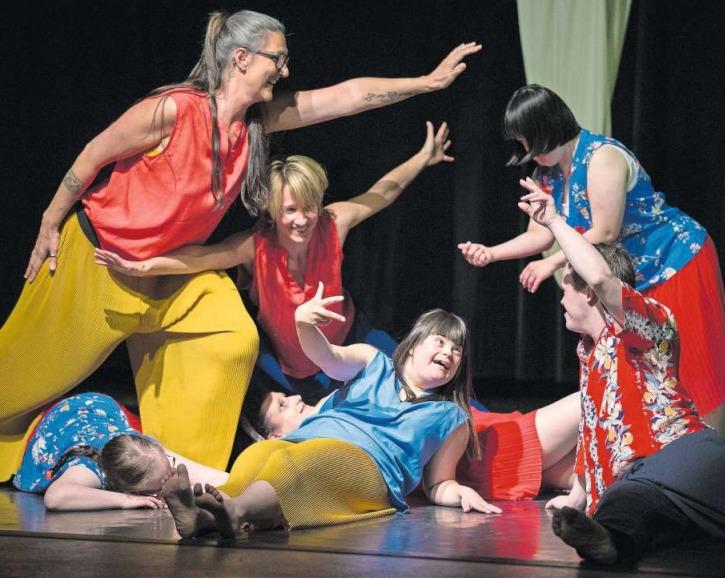 Das Tanzprojekt «So und nicht anders» verzauberte das Publikum in der Chollerhalle. (Bild Stefan Kaiser)