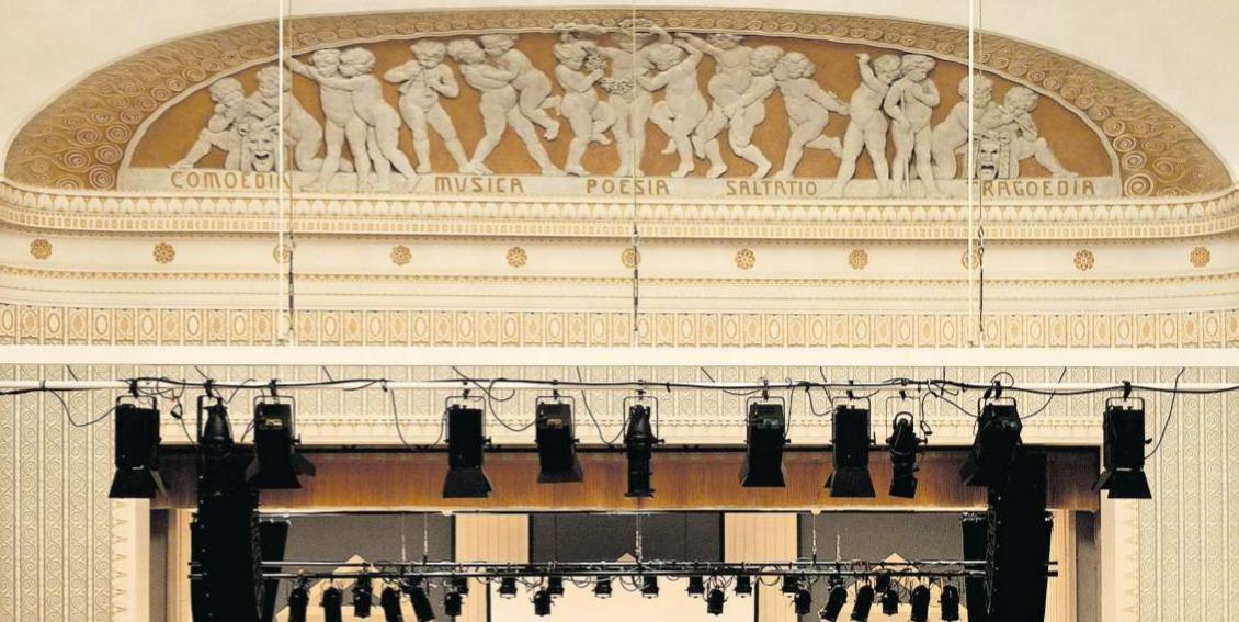 Ein ganzer Kinderreigen im reichgestalteten Korbbogenfeld über der Bühne verbildlicht die unterschiedlichen Formen der darstellenden Kunst, welche im Theater Casino Zug seit 110 Jahren Platz haben. (Bild Andreas Faessler)