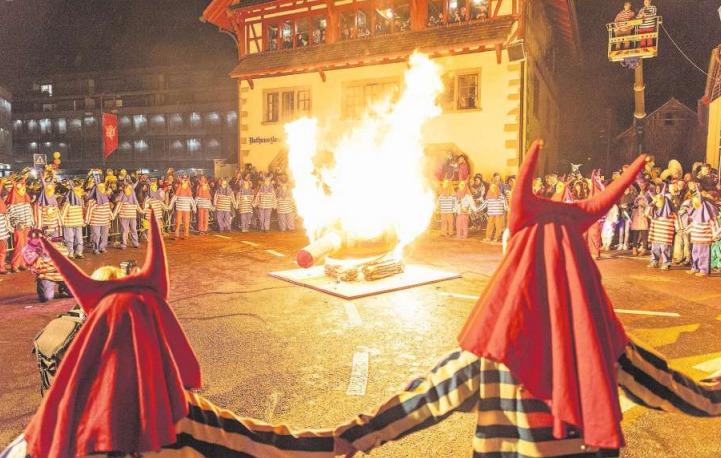 Am Güdeldienstag wurde der Räbechüng dem Feuertod übergeben. (Bild PD)