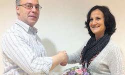 20 Jahre Vereinstreue: Präsident Zälli Camenzind gratuliert Erna Marty zur Ehrenmitgliedschaft.