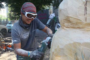 Aus Glarner Baumstämmen machen internationale Bildhauerinnen und Bildhauer kunstvolle Skulpturen.