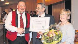 Reto Auf der Maur hat Fredy Inderbitzin zum Ehrendirigenten ernannt, bei seiner Frau Hanny bedankte sich dieser dafür, dass sie ihm jeweils den Rücken frei gehalten hat. Bild: PD