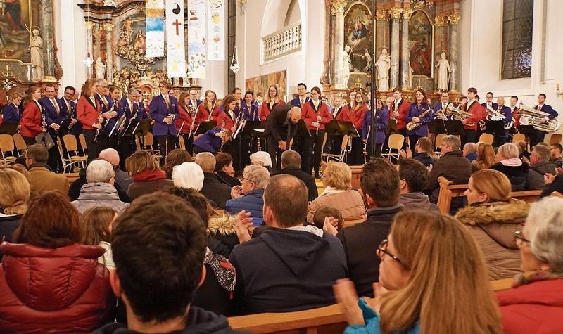 Die Jugend- und die Feldmusik spielten gemeinsam «A Christmas Festival». (Bild PD)