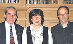 Pater Röbi Camenzind, Maryna Burch-Petrychenko und Fredy Reichmuth (v. l.) spielen gemeinsam in der Pfarrkirche Wangen.