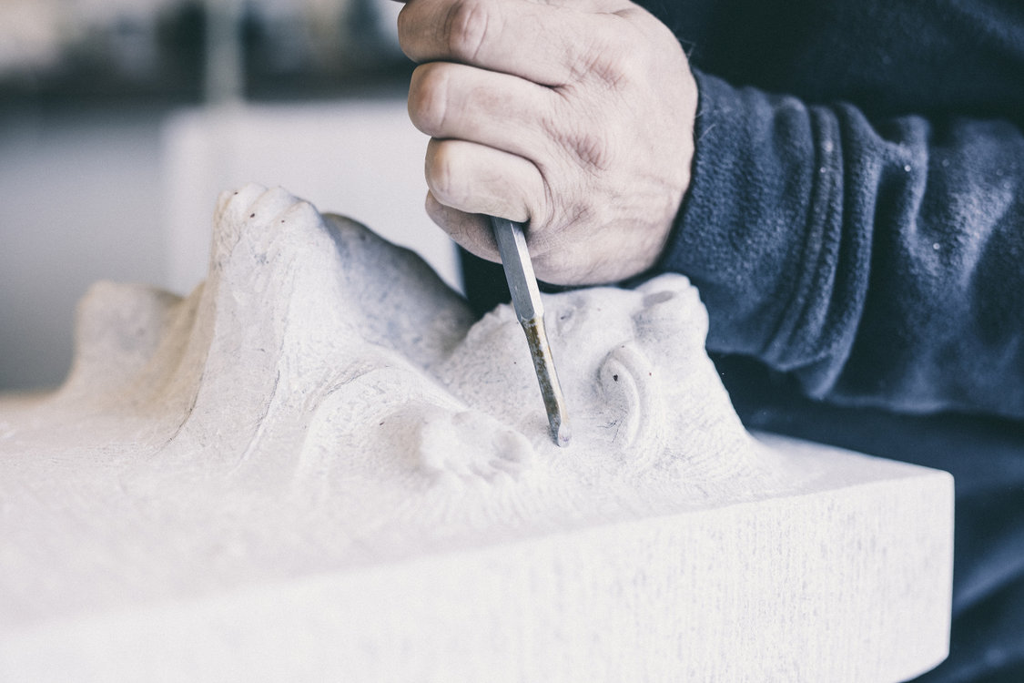 Stein zu Staub: In der Werkstatt von Rolf Grönquist. (Bild: Philippe Hubler)