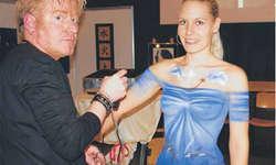 Herbie Betschart arbeitet live an einem Kunstwerk an Model Michelle. Das Sujet Meer hat er sich vor dem Anfang vorgestellt. Bild Stephanie Péus