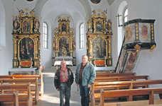 Anwohner Josef Lüönd (rechts) und der Sattler Kirchenratspräsident Alois Diethelm im frühbarocken Kirchenschiff der Ecce-Homo- Kapelle im gleichnamigen Weiler auf Sattler Gemeindegebiet. Bild: Franz Steinegger