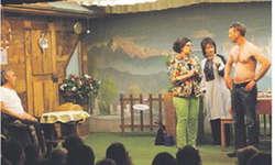 Die Laienschauspieler des Willerzeller Theaters hauchten Leben in die Charaktere, welche sie glänzend verkörperten. Bild Franz Kälin