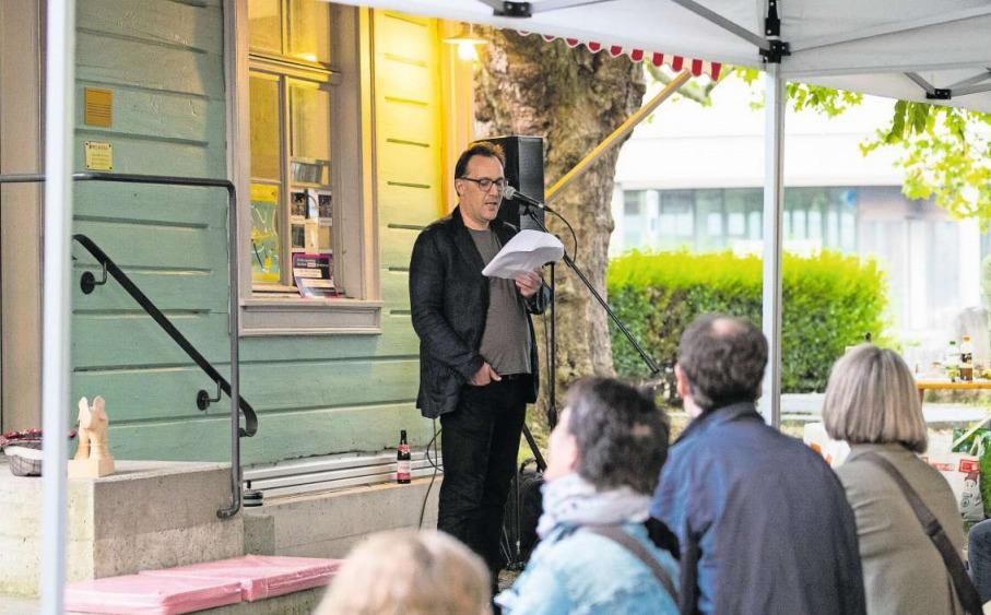 Markus Werner war einer der Poeten, welche sich ans Mikrofon wagten. (Bild Roger Zbinden)