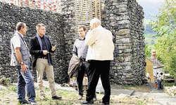 Angeregte Unterhaltung: Karl Schnyder, Gemeindepräsident, Lauerz (von links), Kantonsarchitekt Martin Weishaupt und Projektleiter Patrick Ruhstaller diskutieren mit einem Schwanau-Besucher. (Bild Christoph Jud)