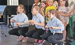 Mit origineller Choreografie und taktsicher präsentierten sich drei Mädchen Lia Eichhorn, Lisa Reichmuth, Alizée Gilli. Bild: Werner Geiger