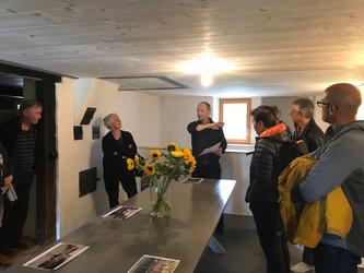 Architekt Thomas Aschmann führt durch die frisch renovierte «Sennhütte»