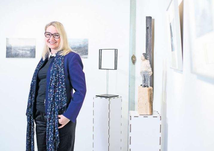 Sussi Hodel in ihrer Galerie in Unterägeri. (Bild Maria Schmid)