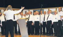 Die Männerchöre Galgenen und Kempraten sangen gemeinsam am Herbstkonzert in Galgenen. Bild Janine Jakob