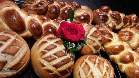 Selbstgemachter Zopf und Brot