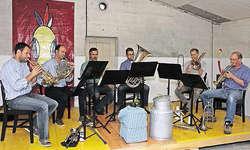 Dani Häusler (Dritter von links) unterstützte gestern das Lucerne Chamber Brass mit (von links) Philipp Hutter, Philipp Schulze, Daniel Schädeli, Pirmin Rohrer und Basil Hubatka. Bild Christoph Jud