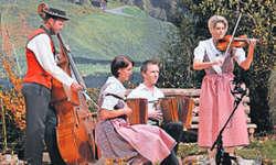 Brigitte Grab und ihre Begleitmusikanten Markus Grab, Ruth Betschart und Bruno Betschart (von rechts) erhielten frenetischen Applaus. Bild Guido Bürgler