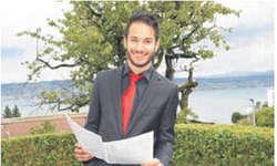Die roten Accessoires gehören beim Schweizer Jugendchor zum schwarzen Outfit der Sänger. Der 22-jährige Maschinenbaustudent Stefan Marty ist einer davon. Bild Eliane Weiss