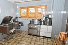 Die voll ausgerüstete Küche für Selbstkocher ermöglicht die einfache Verpflegung von 60 - 70 P...