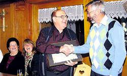 Illgau ehrte «Nühus-Toni»: Konrad Bürgler, der Präsident der Kulturkommission (rechts), überreichte Toni Bürgler den Anerkennungspreis 2010 der Gemeinde Illgau. Links erkennt man Tonis Frau Margrit und Tochter Sandra. (Bild: Guido Bürgler)