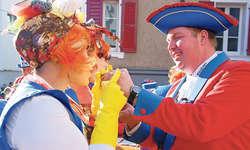 Teamwork: Die Damenmasken und Röllivater René Camenzind sorgen gemeinsam für die unverkennbare Gersauer Fasnacht.