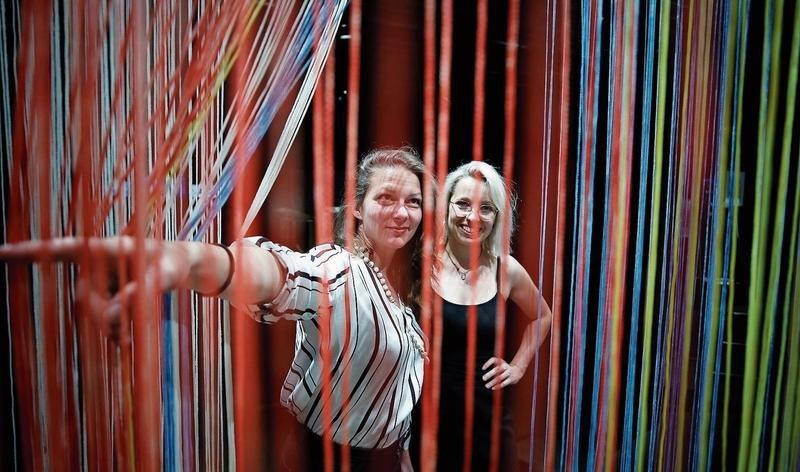Sam Heller (links) und Laura Hürlimann mit der Installation «Tangierte Grenzen» von Darja Shatalova. (Bild Stefan Kaiser)
