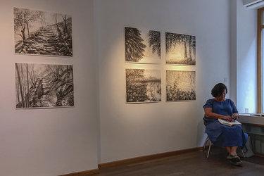 Tanja Bykova mit einigen Aquarellen