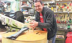 Mark Schuler in der Werkstatt seines Kontrabass-Shops in Rothenthurm. Aus der ganzen Schweiz reist die Kundschaft an. Bild Nicole Auf der Maur