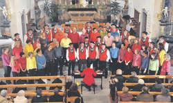 Der Gospelchor Wädenswil und das Jodelchörli Schindellegi sangen gemeinsam «Das cha nu Liebi si» und wünschten frohe Weihnachten. Bild Kurt Kassel