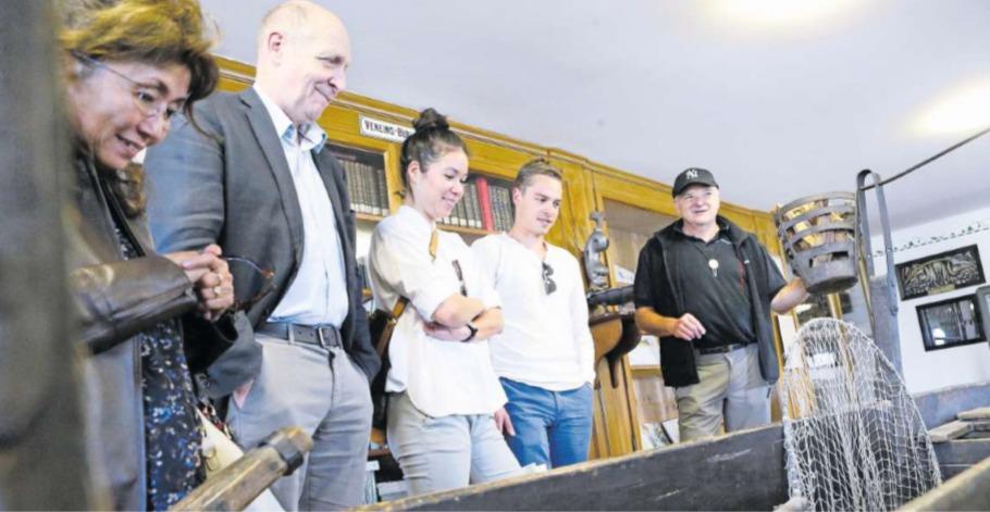 Peter Marty vom Fischereiverein Zug (rechts) zeigt den Besuchern Besonderheiten im Museum. (Bild Werner Schelbert)