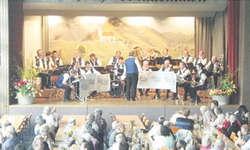 Die Gastgeber-Blaskapelle Etzel-Kristall konnte sich vor Applaus fast nicht mehr retten. Bild Kurt Fässler