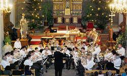Die Brass Band Willerzell zaubert Advent in die Kirche. Bild Franz Kälin