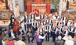 Der jubiläumswürdige und feierliche Auftritt des Kirchenchors und der Ad-hoc- Kapelle. Bild Ernst Immoos