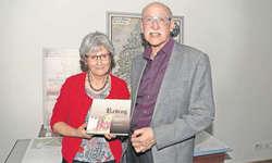 Friederika Jenal und Heinz Reding präsentieren das neue Reding-Buch. Bild Jürg Auf der Maur
