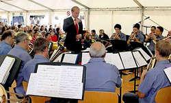 Die Brass Band Musikverein Ibach unter der Leitung ihres Dirigenten Sebastian Rosenberg. (Bild: Christoph Arioli)