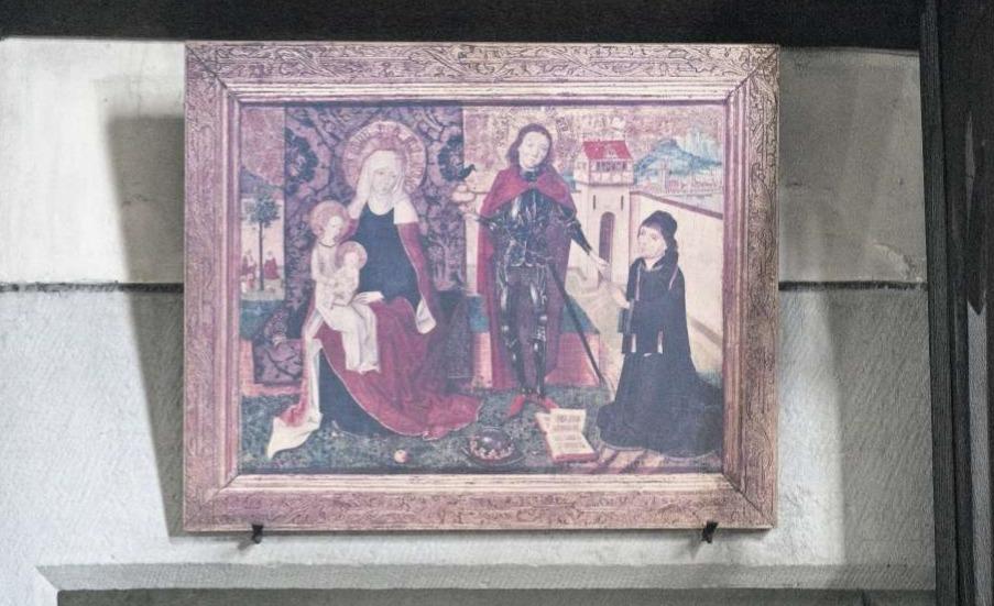 Hochwertige Kunst aus dem späten 15. Jahrhundert: Das Stifterbild zu St. Oswald hängt über der Tür zum Turm. Es handelt sich um eine Kopie. Das kostbare Original befindet sich gegenüber im Museum Burg Zug. (Bild Matthias Jurt)