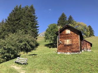 Bänkli am Höhenweg zwischen Obererbs und Ämpächli in Elm Ferienregion