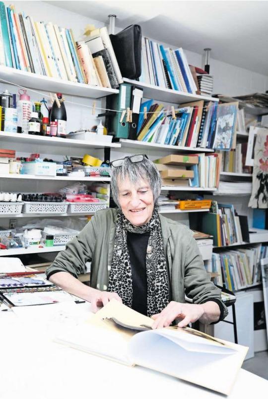 Die Illustratorin und Autorin Mónica Verena Keusch in ihrem Atelier in Oberwil. (Bild Stefan Kaiser)