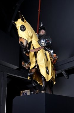 Lebensgrosser Ritter auf seinem Pferd in der Rüstung eines Vogts von Matsch