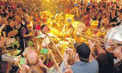 Ein Jubiläumskonzert im vollen Festzelt gaben die Jubilare.