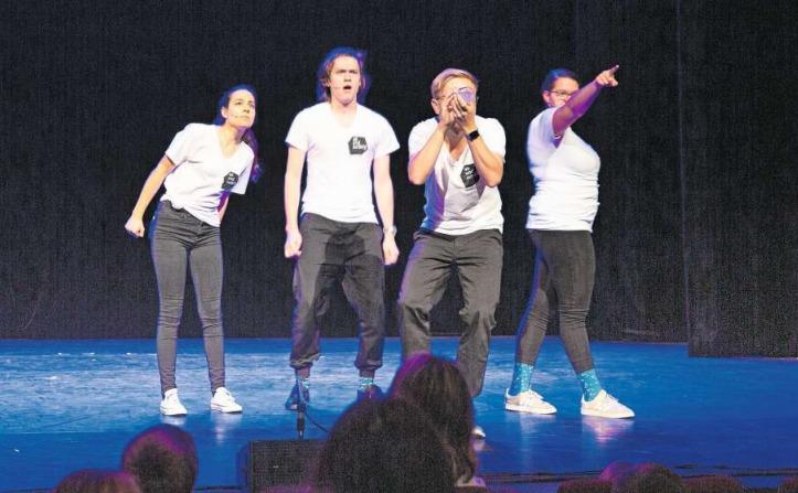 Die Zuger Theatergruppe «ab und zufällig» bezieht das junge Publikum mit ein. (Bild Jan Pegoraro)