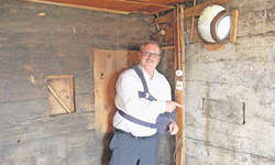 Ruedi Reichmuth, Vertreter der Bauherrschaft, zeigt im Bereich des ehemaligen Stammtisches auf ein Lukenfenster aus der Entstehungszeit. Bild: Franz Steinegger