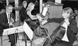 Ein Ohrenschmaus: Urs Bamert (Klarinette), Patricia Ulrich (Klavier) und Ruth Müri (Cello) musizierten auf dem Weingut Rüteli in Wangen. Bild Simone Pflüger