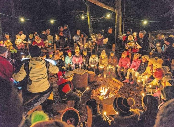 Das offene Singen mit über 40 Kindern vom Mittwoch, 11. Dezember 2019, war einer der Höhepunkte am Lichterweg Baar. (Bild PD)